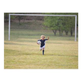Jugador de fútbol que anima y que grita postal