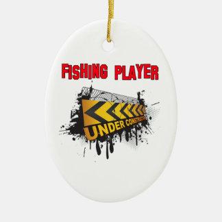 Jugador de la pesca bajo construcción adorno navideño ovalado de cerámica