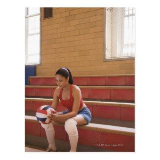 Jugador de voleibol con voleibol postal