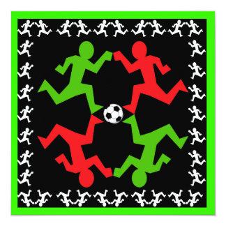 Jugadores de fútbol que corren al modelo de la invitación 13,3 cm x 13,3cm
