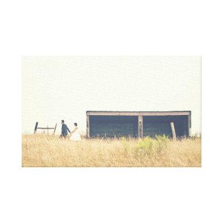 Junte caminar en un campo en la foto del país lienzo