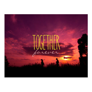 Junto para siempre pares en puesta del sol del postal