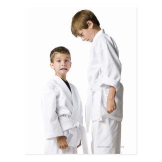 juventud que practica artes marciales tarjetas postales