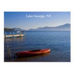 Kajak rojo en el lago George, NY Tarjetas Postales