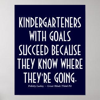 Kindergarteners con el poster de las metas