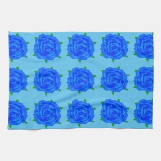 Kitsch azul de los rosas en la toalla de cocina