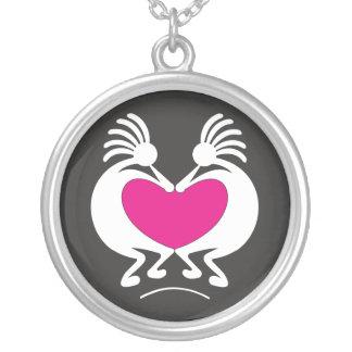 Kokopelli con el día de San Valentín rosado del Collar Plateado