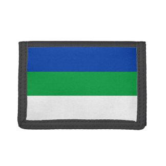 Komi señala por medio de una bandera