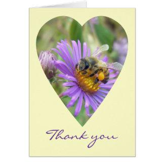 La abeja en corazón de los asteres de la caída le  tarjeta de felicitación