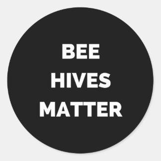 La abeja encorcha la materia pegatina redonda