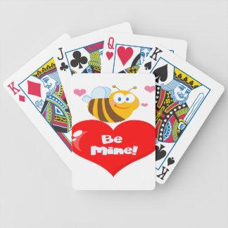 La abeja linda que lleva a cabo decir del corazón baraja de cartas bicycle