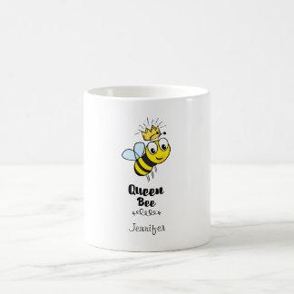 La abeja reina linda manosea la abeja con la taza de café
