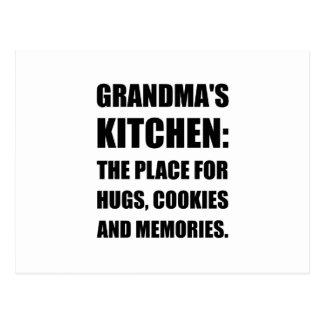 La abuela abraza memorias de las galletas postal
