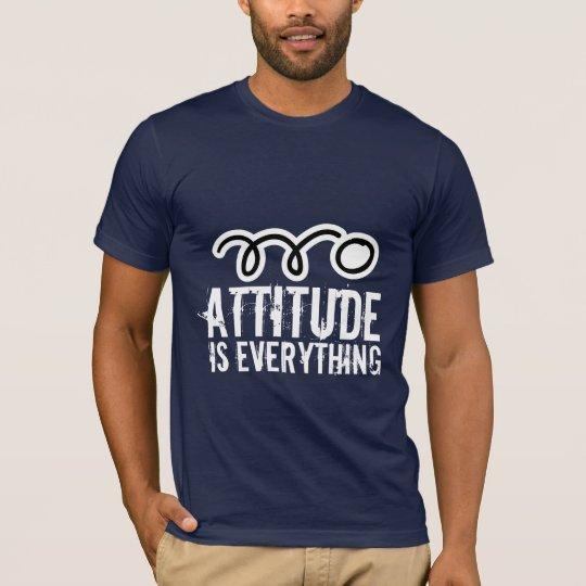 La actitud de la camiseta el | de los tenis de