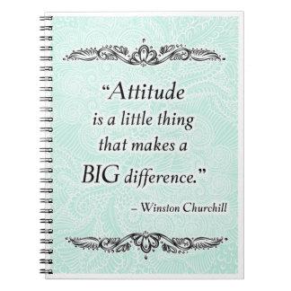 La actitud es una pequeña cosa - Quote´s positivo Cuaderno
