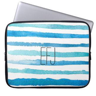 La acuarela azul de encargo raya la manga del funda para ordenador