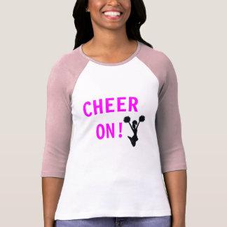 La alegría de las mujeres en la camiseta