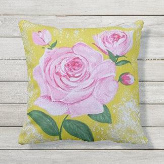 La almohada color de rosa del patio
