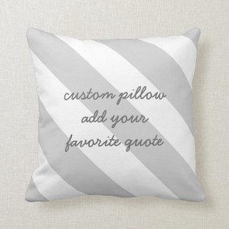la almohada de encargo añade su raya gris y blanca