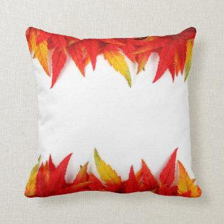 La almohada de las hojas de otoño, cae decoración