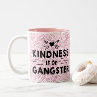 La amabilidad es tan gángster taza de café de dos colores