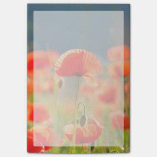 La amapola roja de las amapolas florece el cielo notas post-it®