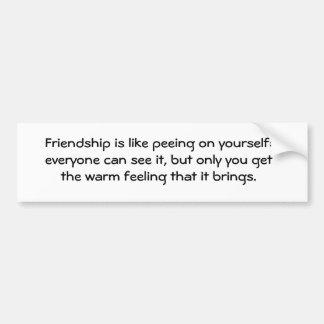 La amistad es como el pis en sí mismo: cada uno… pegatina de parachoque