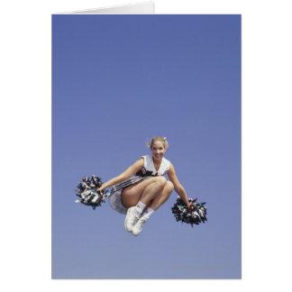 La animadora que salta, opinión de ángulo bajo, tarjeta de felicitación