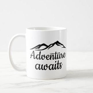 La aventura aguarda taza de café