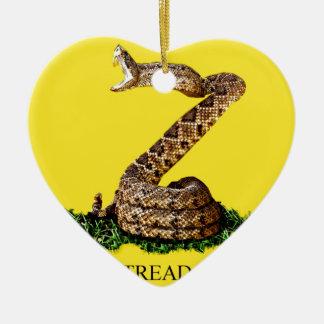 La bandera 2013 de Gadsden - no pise en mí (el Adorno Navideño De Cerámica En Forma De Corazón
