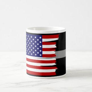 La bandera americana hecha andrajos platea taza de café