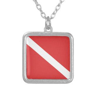 La bandera blanca roja del buceador de la insignia colgante