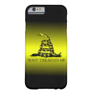 La bandera de Gadsden amarilla y negra se Funda De iPhone 6 Barely There