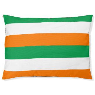 La bandera de Irlanda colorea la cama al aire