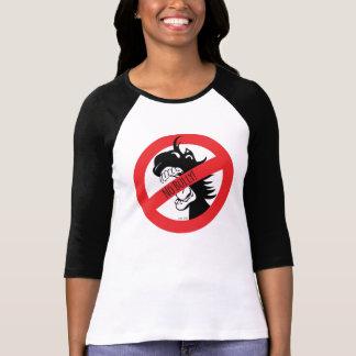 La bellota muerde la camiseta de los matones