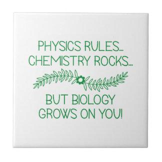 La biología crece en usted azulejo de cerámica