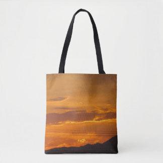 La bolsa de asas anaranjada de la montaña de la