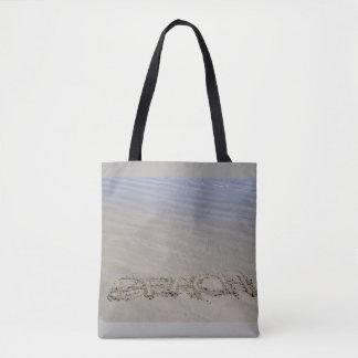 La bolsa de asas clara de la playa arenosa