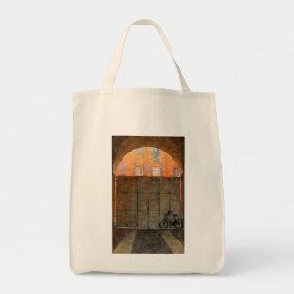 La bolsa de asas con la pared anaranjada y la