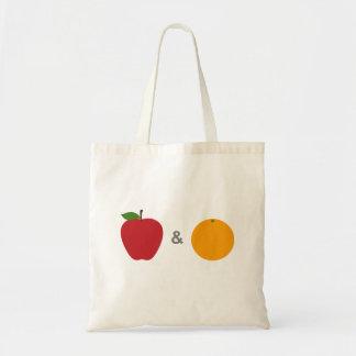 La bolsa de asas de las manzanas y de los naranjas