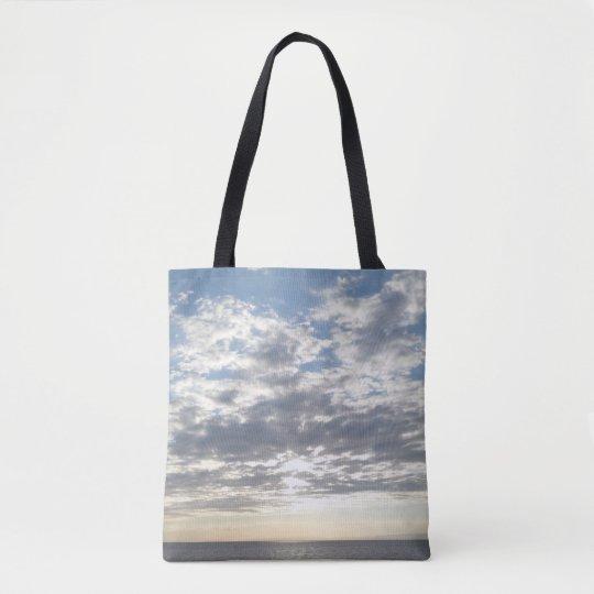 La bolsa de asas del mar y del cielo nublado