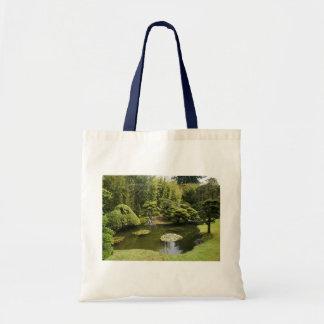 La bolsa de asas japonesa de la charca del jardín