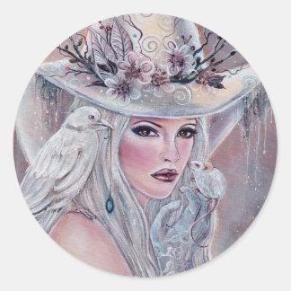 La bruja blanca con el pegatina del cuervo de