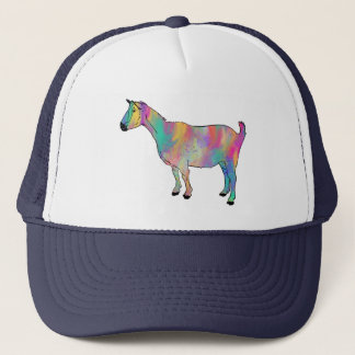 La cabra multicolora con la pintura salpica el gorra de camionero