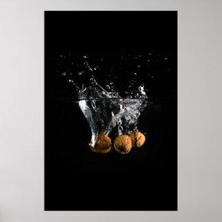 La caída en el agua con un fondo negro póster