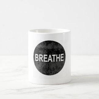 La calma de Namaste de la yoga respira la taza del