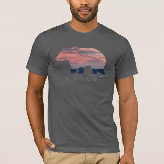 La camisa de los hombres de la puesta del sol el  