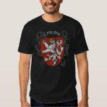 La camisa oscura de los hombres bohemios del león