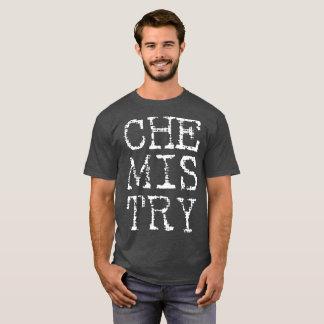 La camisa oscura de los hombres de la química