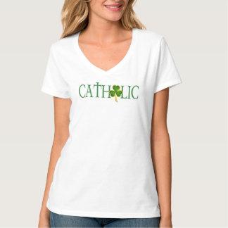 La camiseta con cuello de pico católica de las